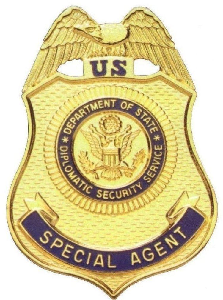 Al registrar su apartamento, los investigadores federales hallaron una placa fraudulenta de agente especial del Servicio de Seguridad Diplomática de EEUU, DSS por sus siglas en inglés