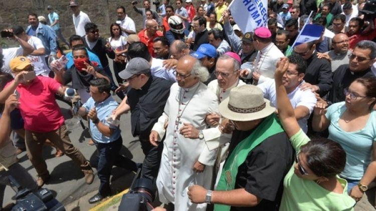 Así llegaba el clero a la basílica ubicada en la ciudad de Diriamba, entre golpes e insultos (La Prensa Nicaragua)