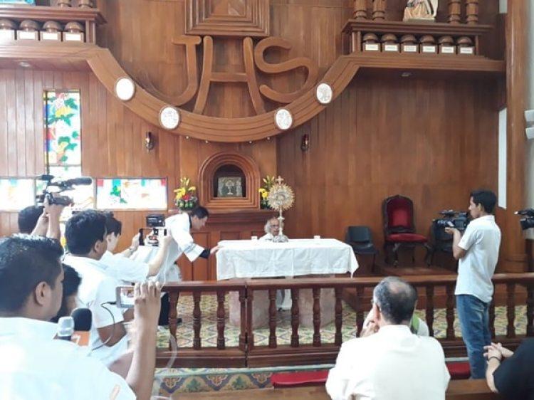Los religiosos fueron asediados en la basílica de San Sebastián (La Prensa)