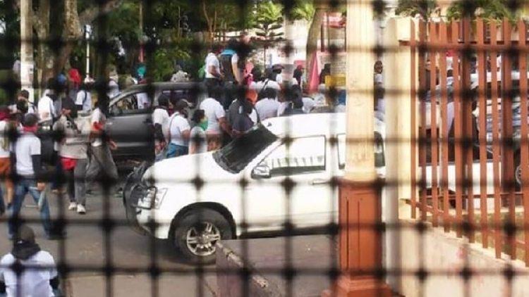 Grupos paramilitares del régimen asediaron desde el domingo a religiosos y periodistas en Diriamba (Facebook)
