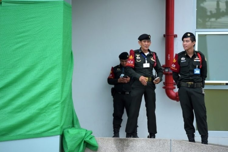 Policía frente al hospital en el que se encuentran los niños rescatados (AFP / TANG CHHIN Sothy)