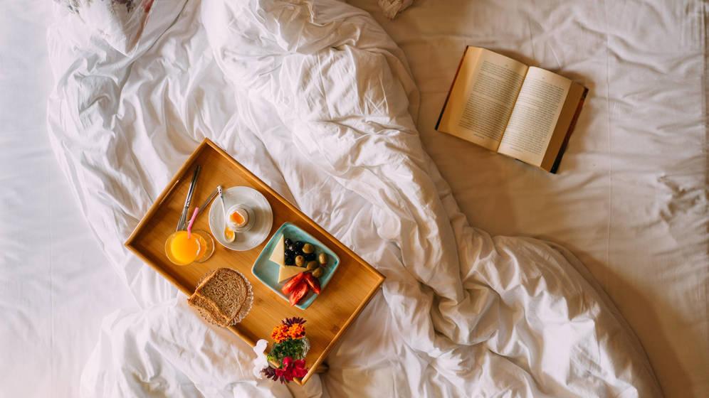 Foto: Cena en la cama. (Foto: iStock)