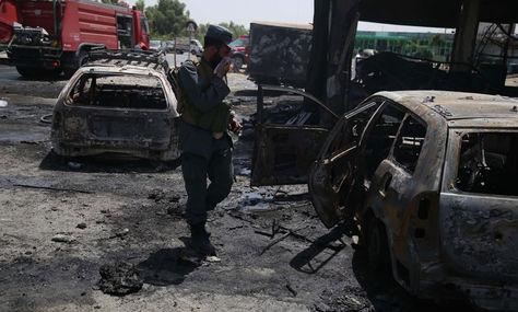 Un agente de seguridad inspecciona el lugar donde se ha producido el atentado en Jalalabad. Foto: EFE