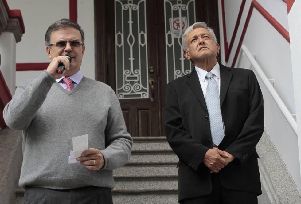 Marcelo Ebrard y Andrés Manuel López Obrador, en su casa de campaña.