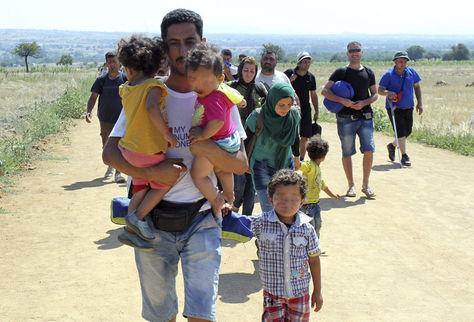 Inmigrantes cruzan fronteras juntoa a sus hijos. Foto: Archivo EFE