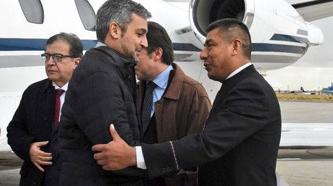 El canciller Fernando Huanacuni (d) saluda al presidente electo del Paraguay, Mario Abdo Benítez, a su arribo al país.