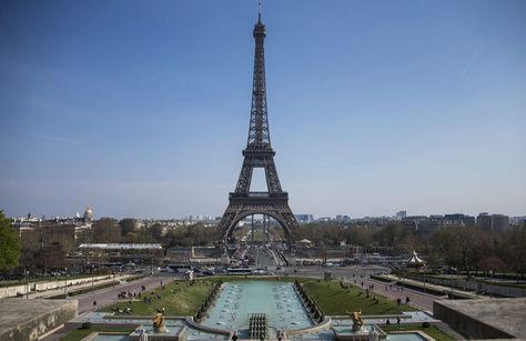 París. La Torre Eiffel en una orilla del río Sena. Foto: Archivo EFE
