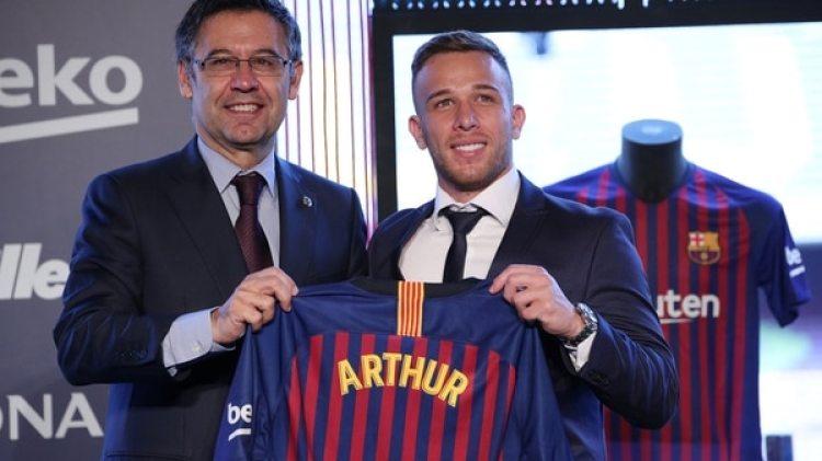 Arthur Melo posa con el presidente Josep María Bartomeu (Reuters)