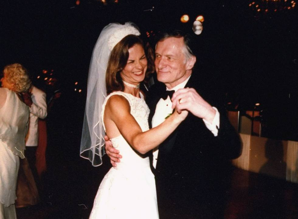 Christie Hefner en el día de su boda, el 15 de julio de 1995, bailando con su padre en el hotel Four Seasons.