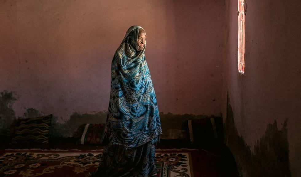 Jabada tiene más de 70 años. Huyó de su amo después de que éste le atara las manos al palo de una tienda, lo que le cortó por completo un dedo y deformó los otros.