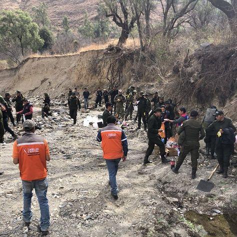 Efectivos de la Policía, militares y personeros de Alcaldía de Tarija en uno de los puntos donde fue apagado el incendio.