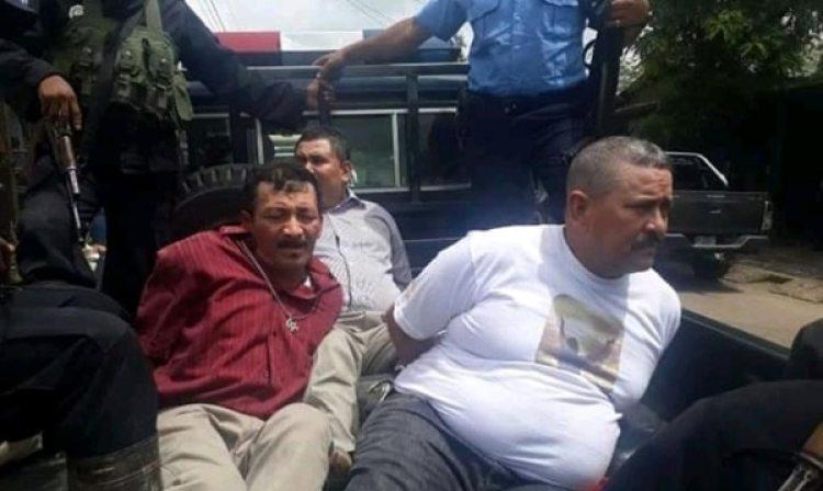 Apolonio Fargas -de camisa morada- y dos de sus colaboradores, cuando se los llevan detenidos policías del régimen de Daniel Ortega