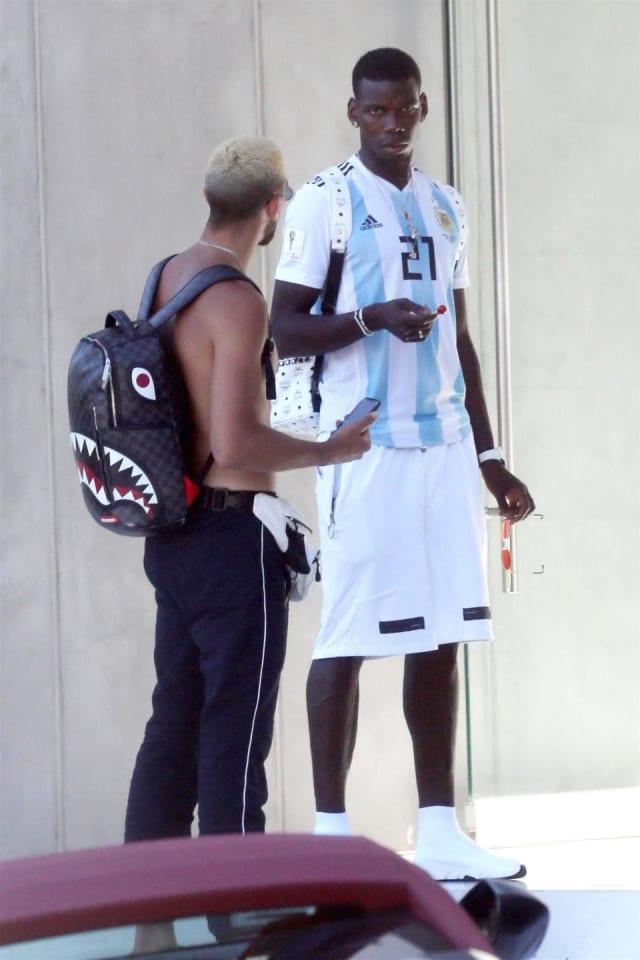No creerán la camiseta que portó Paul Pogba durante sus vacaciones en Los  Ángeles 875b9538f5b