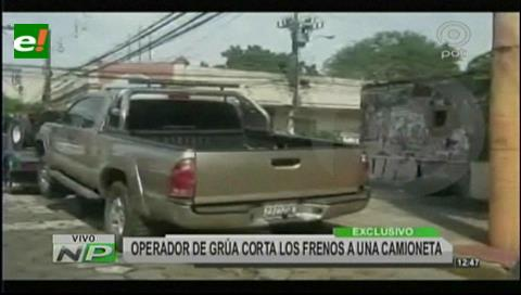 Operador de grúa corta los frenos a una camioneta