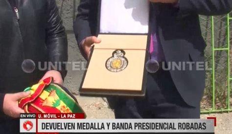 La Medalla y banda presidencial son recuperadas. Captura de imagen de Unitel