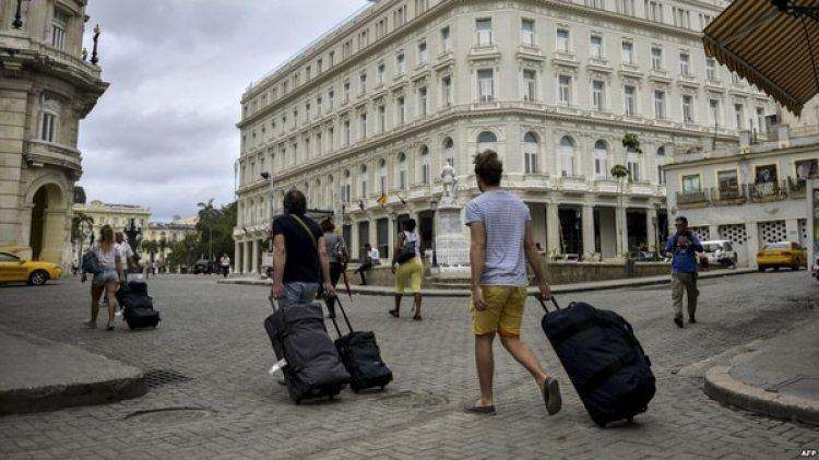 El turismo es la segunda fuente de ingresos de Cuba por detrás de la venta de servicios profesionales al exterior, lo que supone una contribución del 10% al producto interior bruto y genera medio millón de empleos