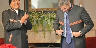 Paraguay. Evo se reúne con Benítez a un día de su posesión y le obsequia un saco de alpaca con motivos indígenas