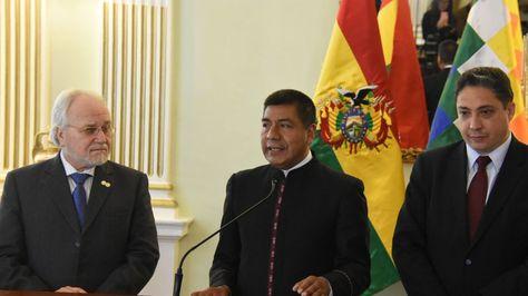 El comisionado del CIDH, Francisco José Eguiguren Praeli, con autoridades bolivianas.