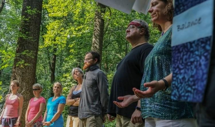 Los participantes forman un círculo y se quedan en silencio (The Washington Post / Dayna Smith)