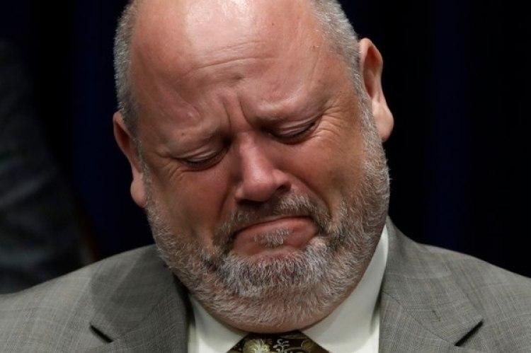 El sacerdoteJames Faluszczak afirmó haber sido abusado por un cura cuando era un adolescente. En la foto, reacciona llorando ante el anuncio del gran fiscal Josh Shapiro en el que reveló que hubo más de 1.000 víctimas en seis diócesis de Pensilvania. (Foto: AP/Matt Rourke)