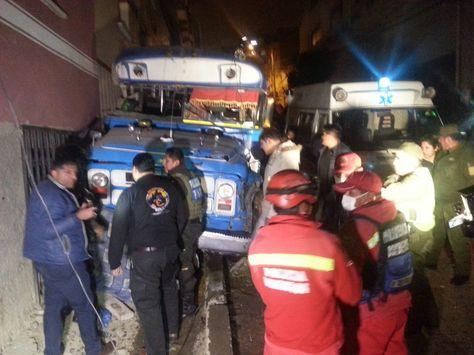Micro colisionó contra una vivienda en Villa Victoria.