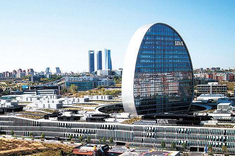 Instalaciones. La sede principal del grupo financiero BBVA en Madrid, España.