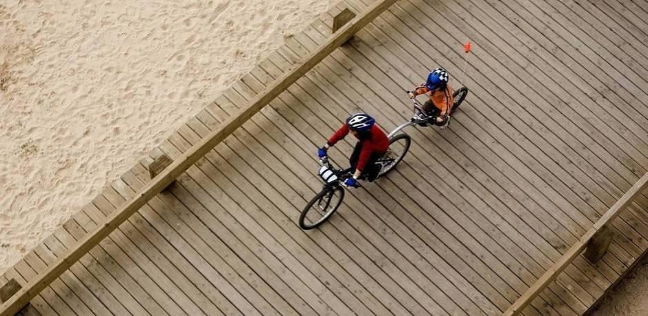 Una madre y su hijo montan en bicicleta junto al mar en Portimao, en el sur de Portugal. (Reuters)