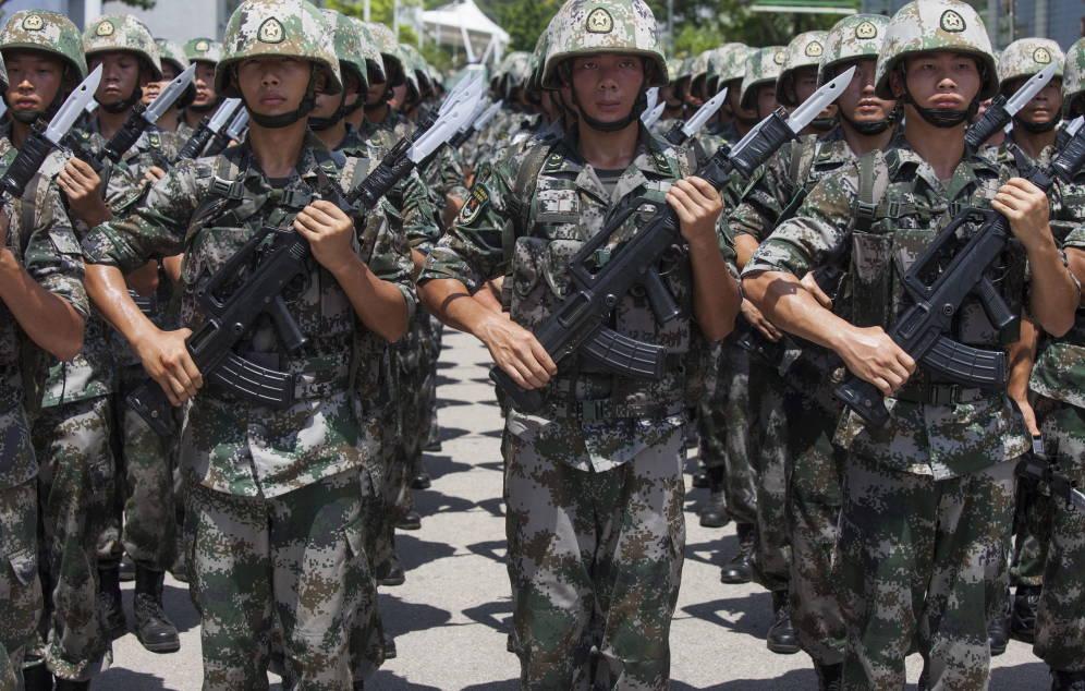 Foto: Soldados del Ejército Popular de Liberación de China durante una ceremonia militar en Hong Kong. (Reuters)