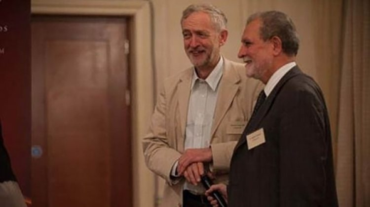 Jeremy Corbyn saluda a Azzam Tamimi