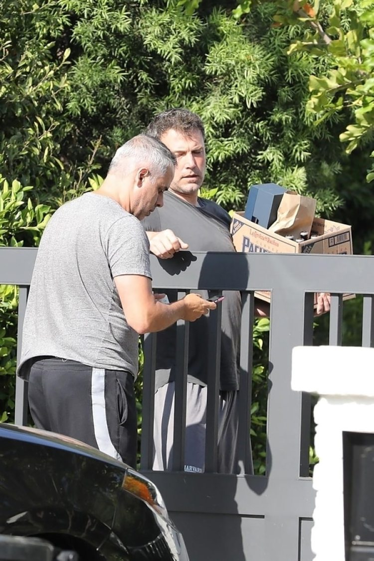Ben Affleck en su casa de Los Ángeles recibiendo las botellas de alcohol (Grosby Group)
