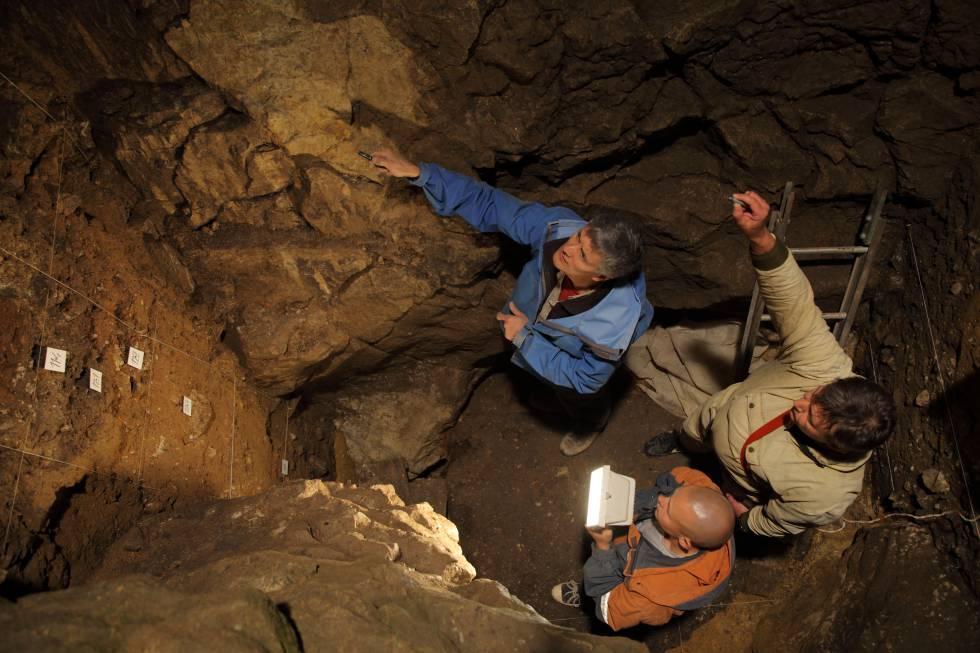Richard Roberts, Vladimir Ulianov y Maxim Kozlikin en la cueva de Denisova donde se encontraron los restos de la joven híbrida
