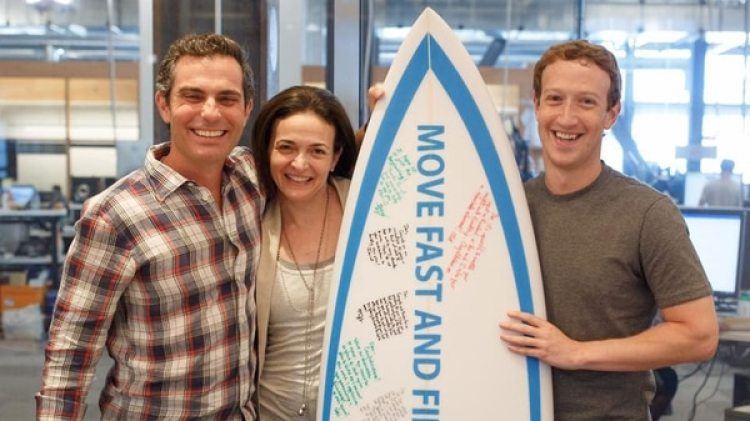 Dan Rose junto a Mark Zuckerberg y Sheryl Sandberg, directora de operaciones de Facebook