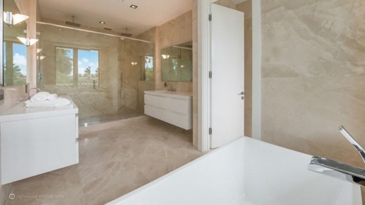 Los cuartos de baño amplios y con mueblería en blanco combinan con el resto de los elementos de la casa