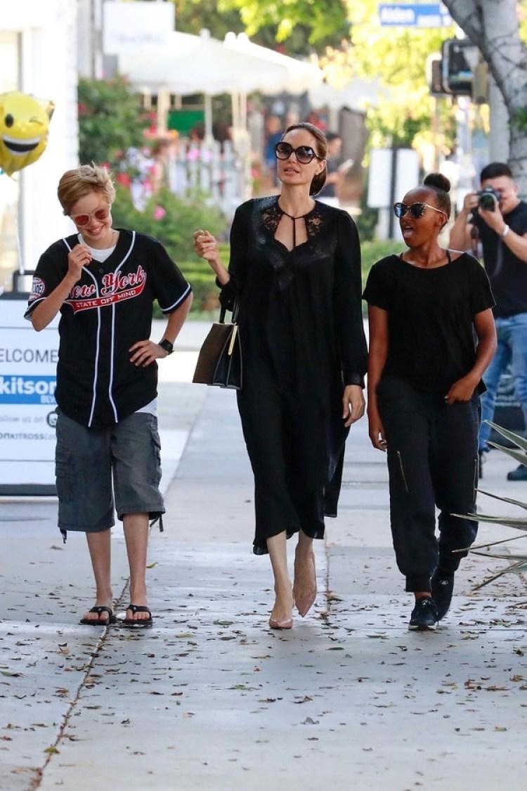 Angelina Jolie sonriente en Los Ángeles junto a Shiloh y a Sahara (Grosby)