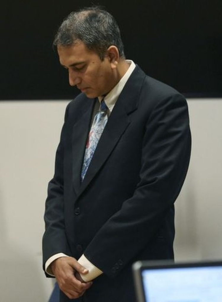 El doctor Shafeeq Sheikh esperando la decisión de los miembros del jurado (Yi-Chin Lee/Houston Chronicle via AP)