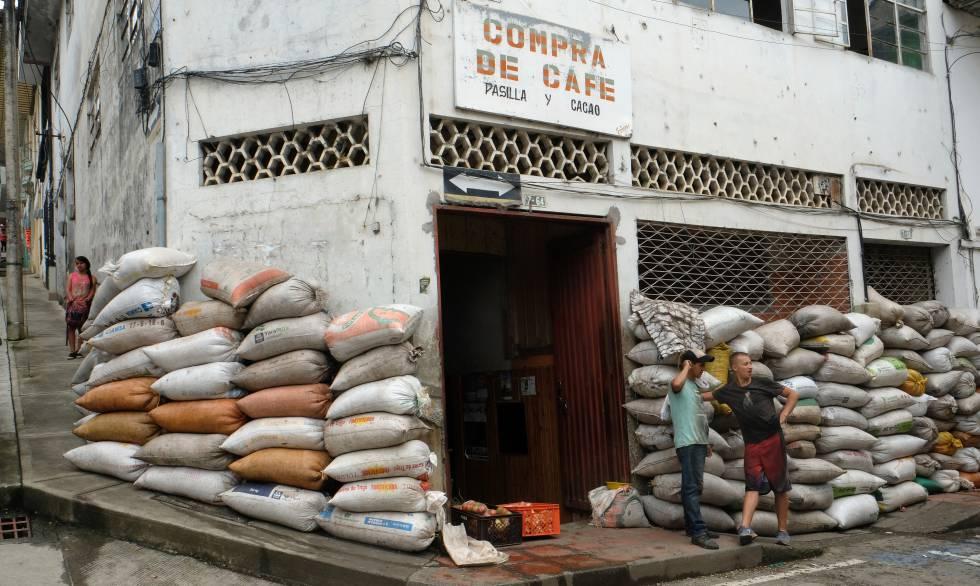 Sacos de granos de café recién cosechados, en la puerta de una tienda que compran a los agricultores, en Apia, Colombia.