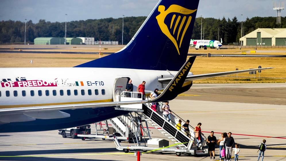 Foto: Varios pasajeros descienden de un avión en el aeropuerto de Eindhoven, Holanda. (EFE)