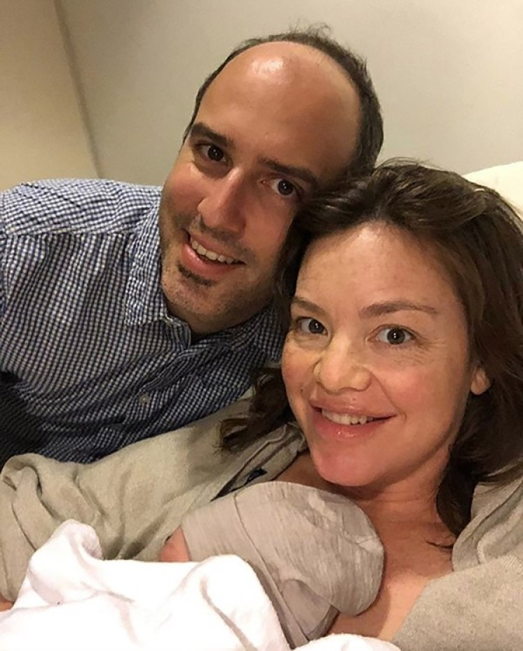 Julie Anne Genter, junto a su bebé y a su marido (AFP)