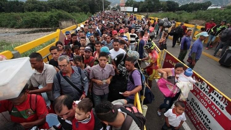Millares de venezolanos huyen de su país a pie para cruzar la frontera con Colombia (Foto: AFP)