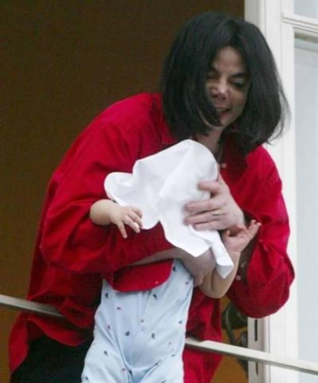 Foto: El día en que casi Michael Jackson lanza por el balcón a su hijo. (YouTube)