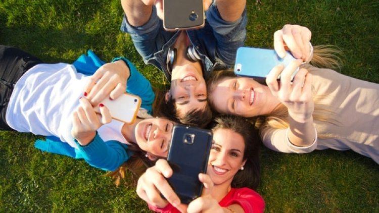 La hiperconexión es un fenómeno generalizado entre los adolescentes. (iStock)