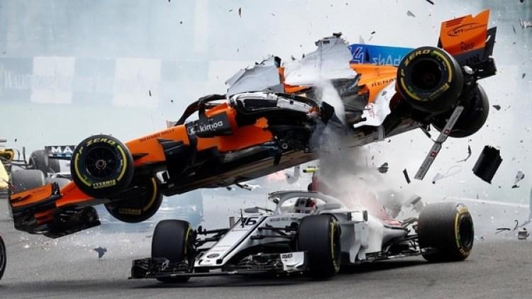 El McLaren de Fernando Alonso pasó por encima del Sauber de Charles Leclerc(REUTERS)