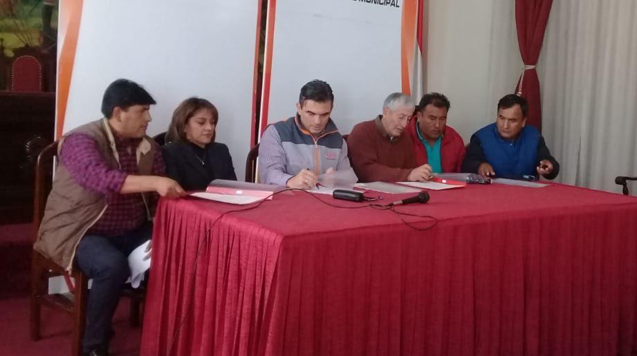 Alcadía y sindicato de micros firman acuerdo para mejorar el sistema de transporte en Tarija