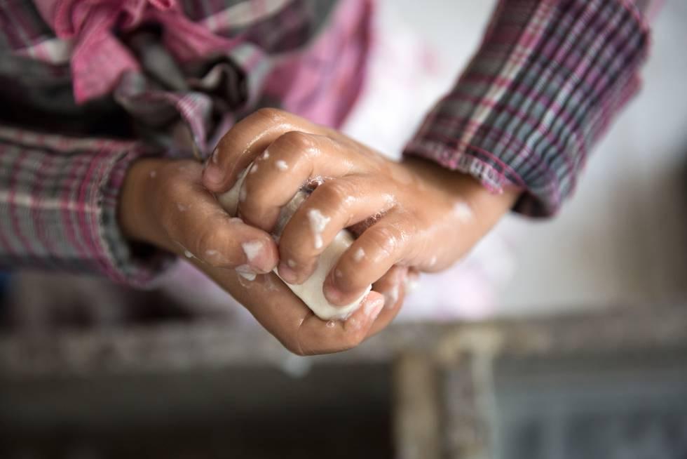 Una estudiante refugiada siria se lava las manos en una escuela de Saadnayel (Líbano).