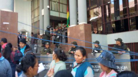 Resguardo policial en juzgados, lugar de la audiencia cautelar del dirigente Franklin Gutiérrez
