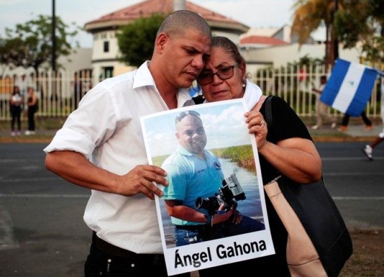 Los padres del periodistaAngel Gahona, asesinado en el marco de las protestas contra el régimen de Daniel Ortega. Un juez declaró culpables por su homicidio a los jóvenes Brandon Lovo y Glen Slate (R EUTERS/Oswaldo Rivas)