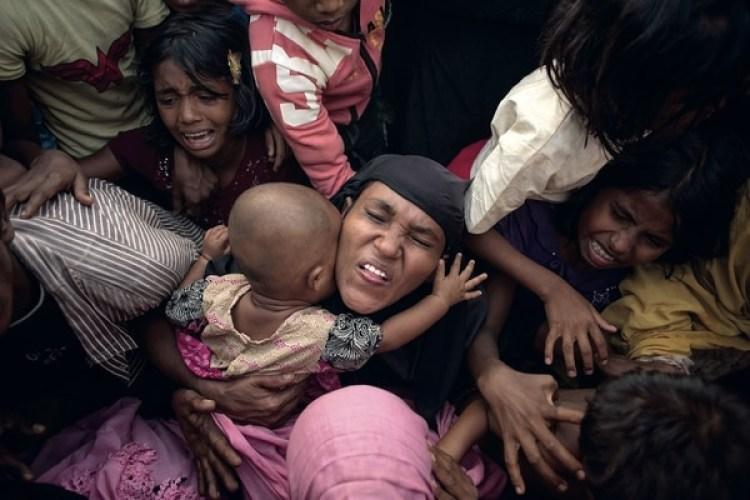 Refugiados rohinyás esperando comida y asistencia (Foto: AFP / Ed JONES)