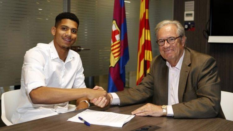El uruguayo Ronald Araujo, de 19 años, firmó contrato con el Barcelona FC