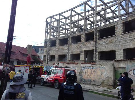 Bomberos y policías llegan al lugar del incendio conocido como la