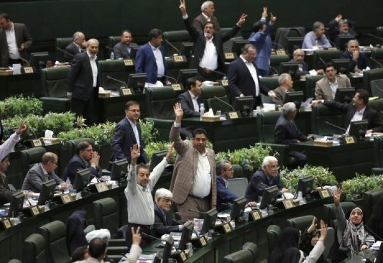 Miembros del parlamento rechazan el discurso de Rouhani (AFP)